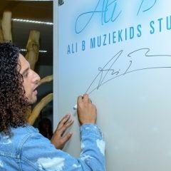Ali-signeert-voor-zijn-Muziekids-Studio